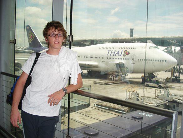 moški pred letalom Thai Airways