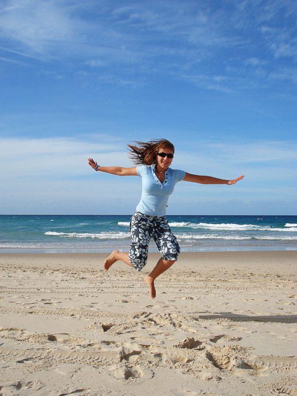 Ženska skače na plaži, jumpshot Surfers Paradise