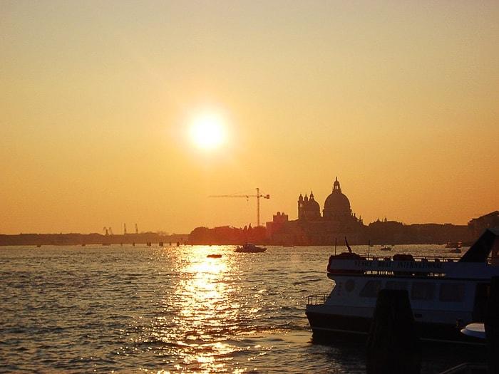 sončni zahod za cerkvijo s kupolo. Benetke