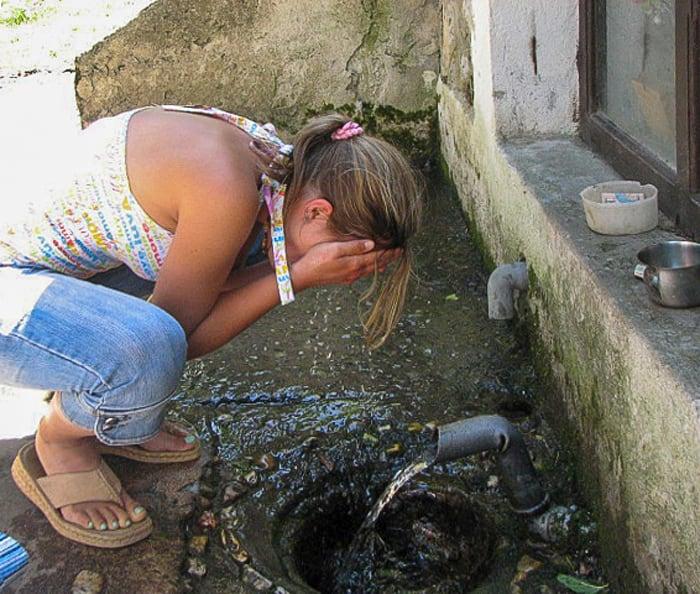 ženska si umiva obraz