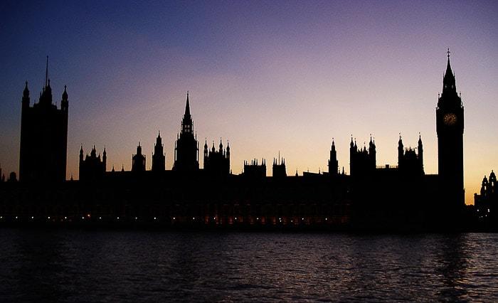 houses of parliament v sončnem zahodu