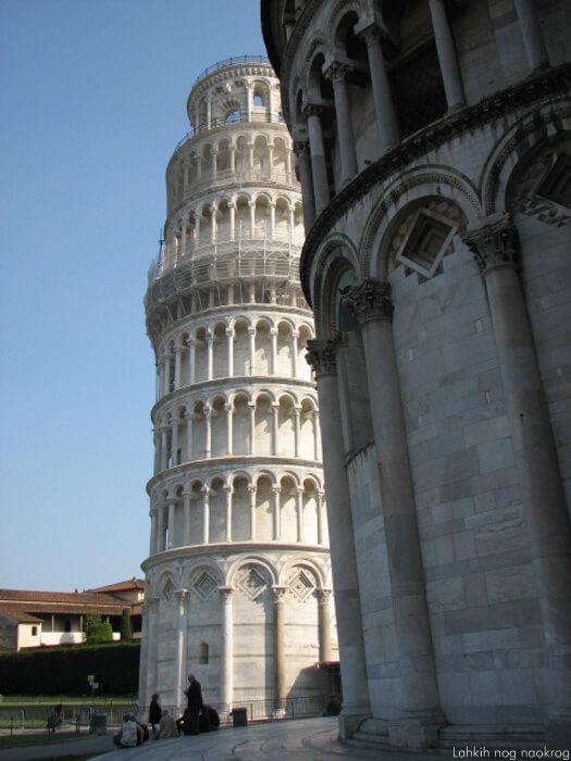 poešvni stolp v pisi in krstilnica
