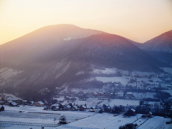 zasnežena gora obsijana s soncem