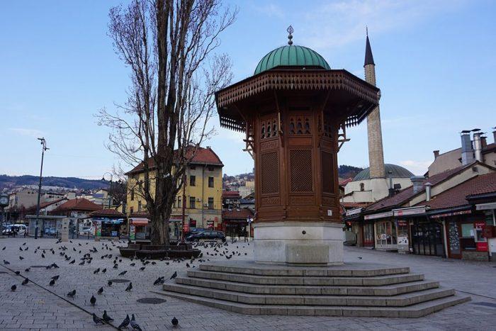 Sarajevo: minaret in vodnjak