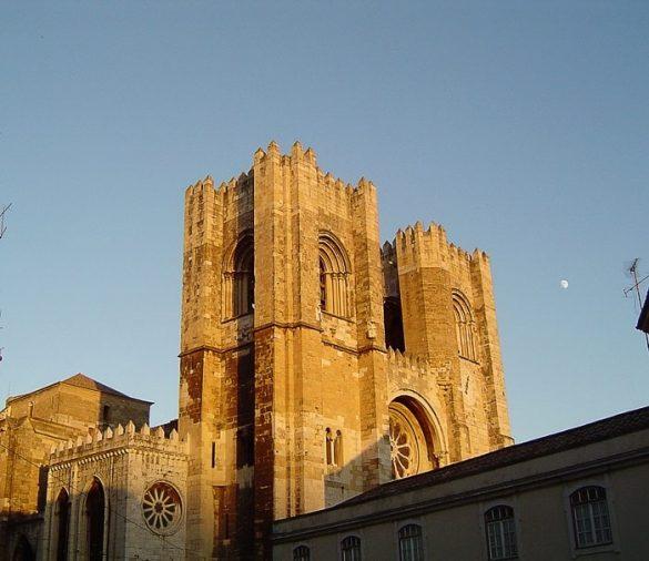 mogočna gotska katedrala v zlatih žarkih sončnega zahoda