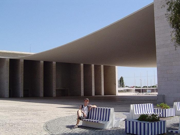 moški sedi na belo-modri klopi pred portugalskim pavilijonom, Expo 1999, Lizbona