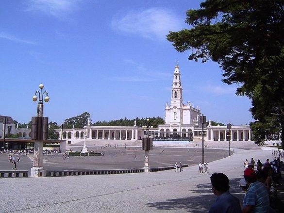 velik trg pred cerkvijo Marije rožnega venca v Fatimi