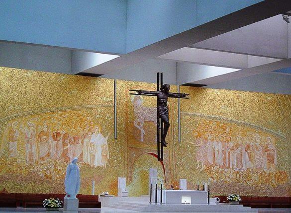 oltar s križem in mozaiki v Fatimi