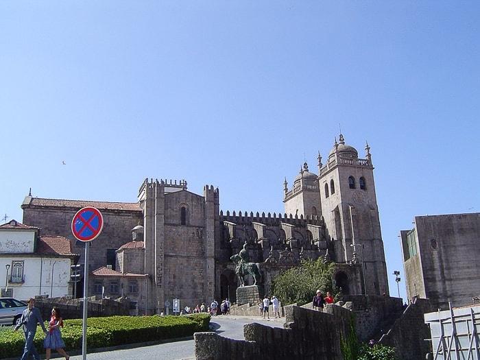 mogočna kamnita katedrala v stilu romanike v Portu