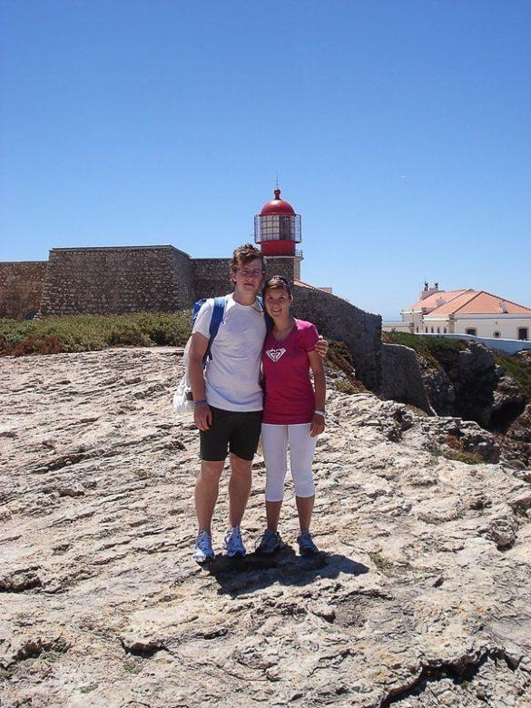 moški in ženska pred svetilnikom na rtu Cabo de São Vicente