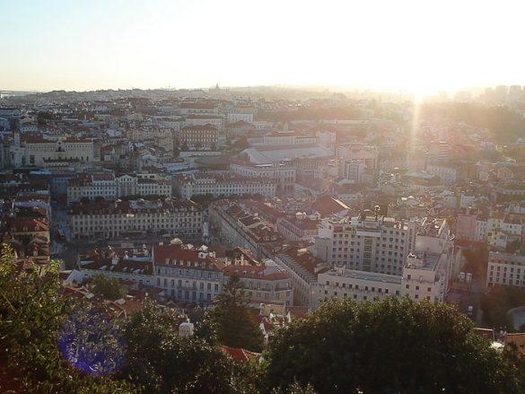 sončni zahod in mesto Lizbona spodaj