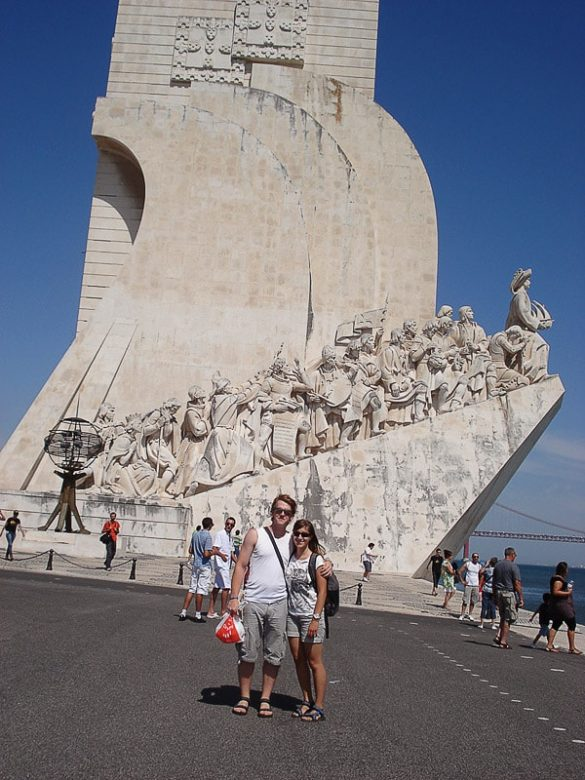 moški in ženska pred spomenikom portugalskim pomorščakom v Lizboni