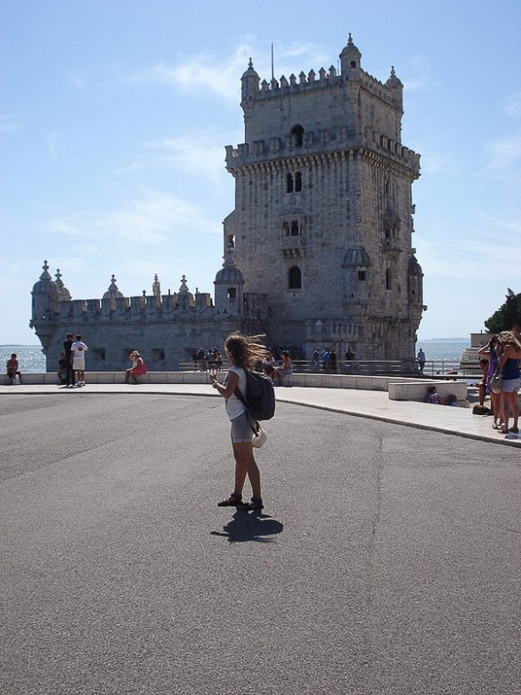 ženska z nahrbtnikom pred Torre de Belem