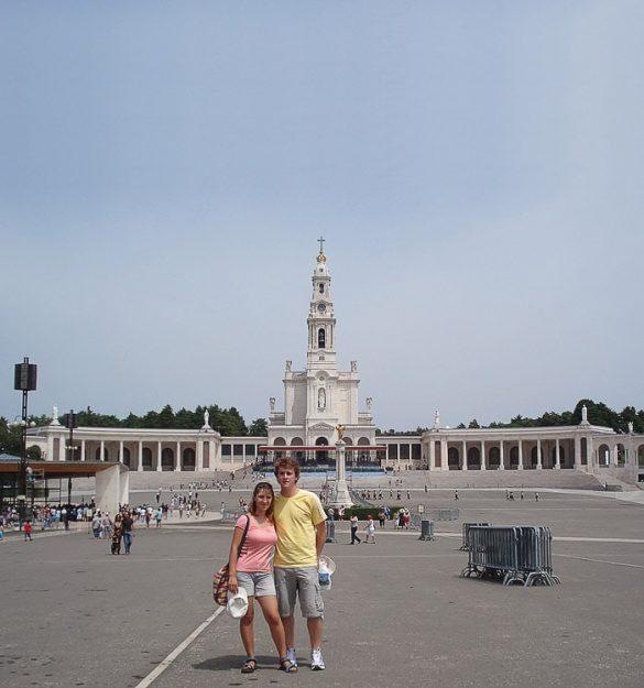 moški in ženska pred cerkvijo v Fatimi