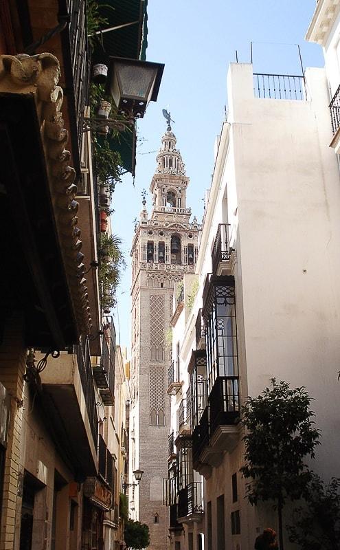 zvonik giralda med ulicami Sevilje