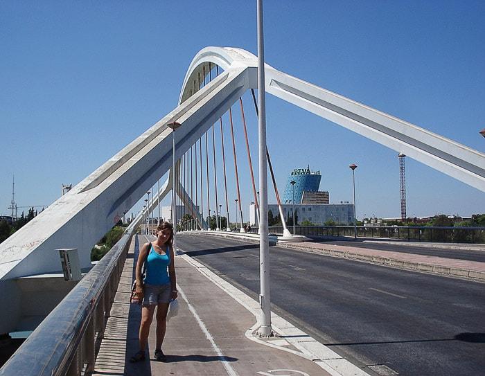 ženska na mostu v Sevilji