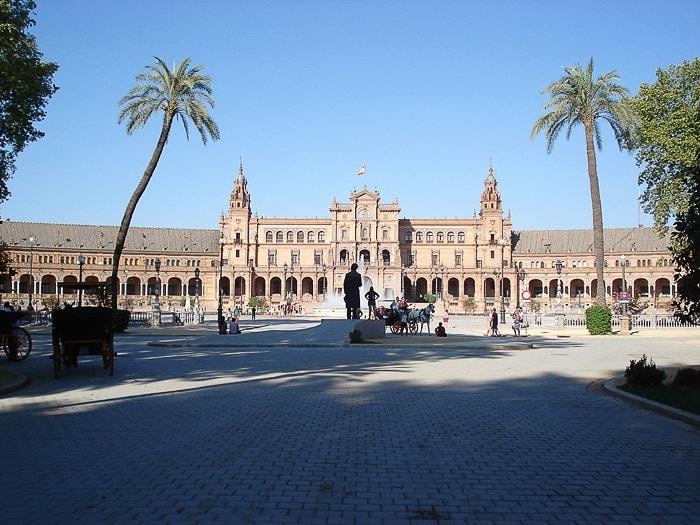 plaza de Espana, polkrogla palača obdana s palmami