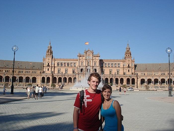 moški in ženska na plaza de espana v Sevilji