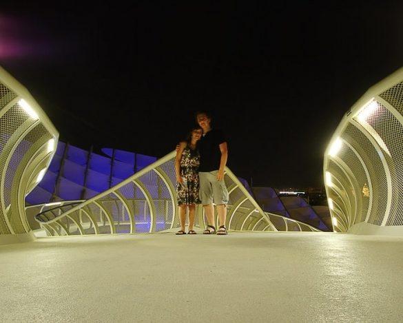 moški in ženska na Metropol Parasol v Sevilji