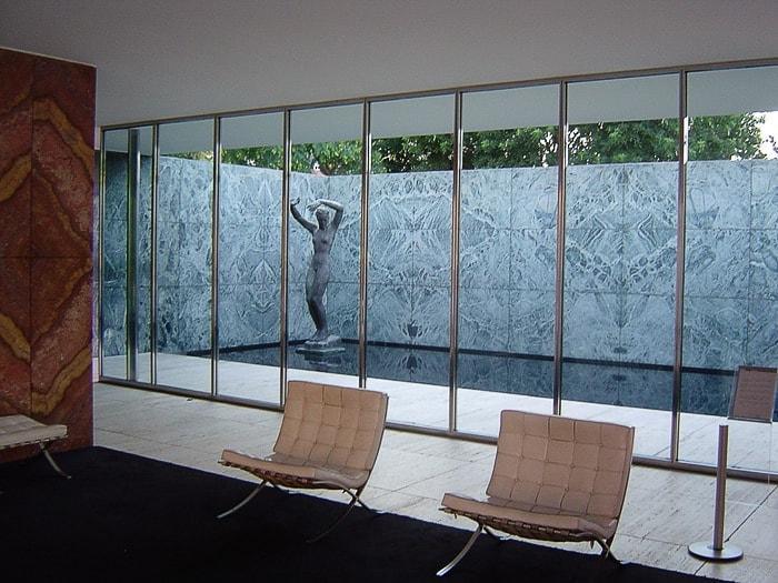 bronasti kip ženske za stekleno steno Barcelona paviliona