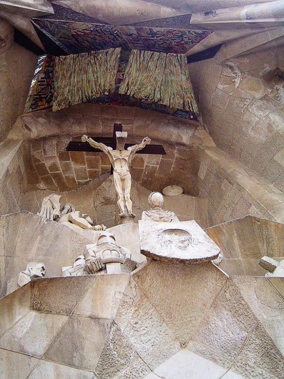 Golgota - kraj, kjer so Jezusa križali na fasadi Sagrada Familia