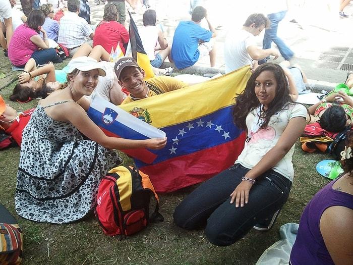 skupina mladih s slovensko in venezuelsko zastavo