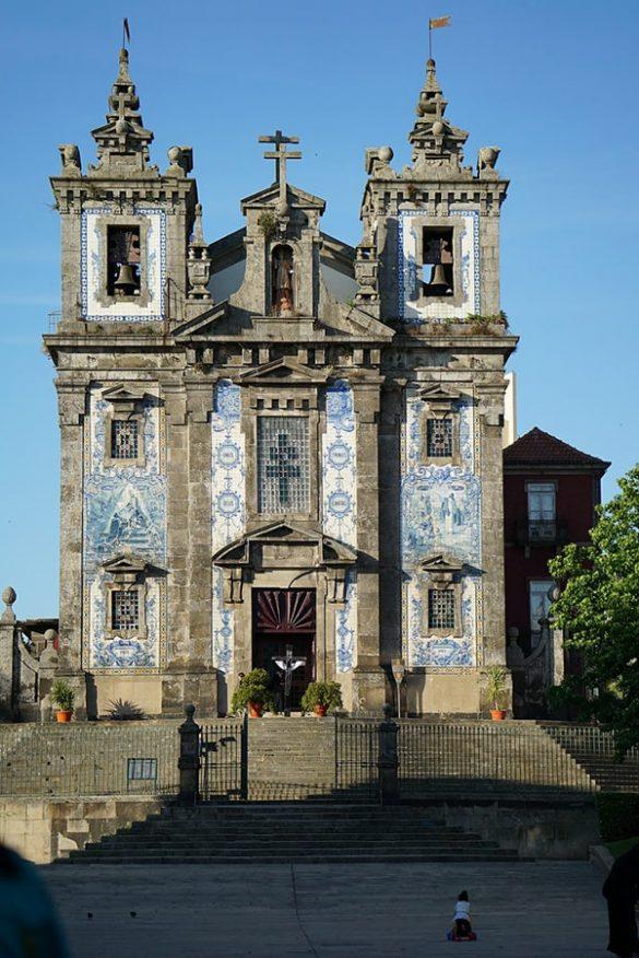baročna cerkev z belo-modrimi keramičnimi ploščicami kot poslikavo