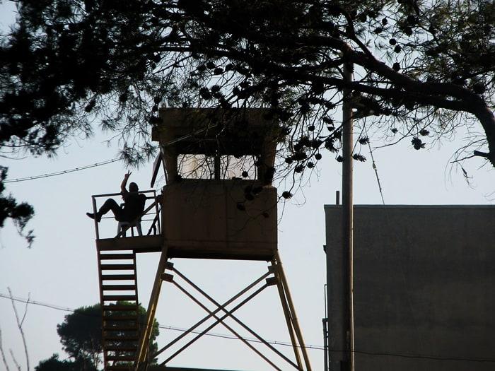 izraelski vojak na nadzornem stolpu