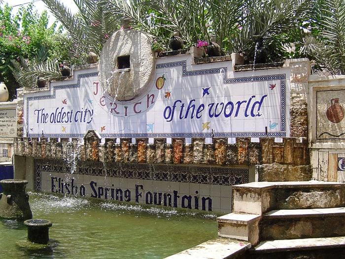 Vodnjak z napisom: Jeriha najstarejše mesto na svetu