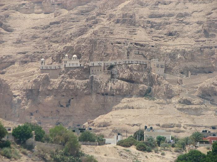 Samostani v pečini
