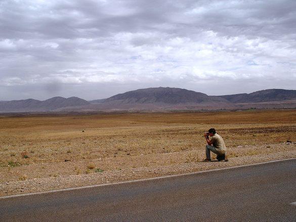 Suha pokrajina Maroka in snemalec, ki snema potovanje po Maroku