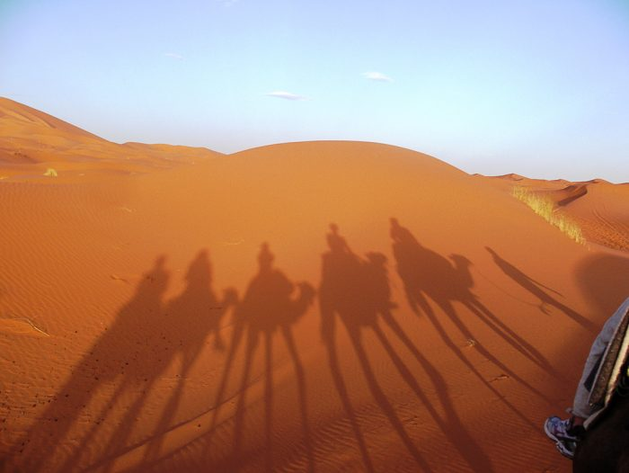 senca kamel in jezdecev v Sahari, izlet v saharo