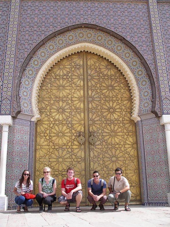 popotniki pred arabskimi vrati, vhodom v Fes