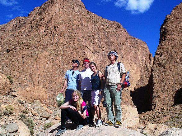 skupina popotnikov v soteski Todra Gorge