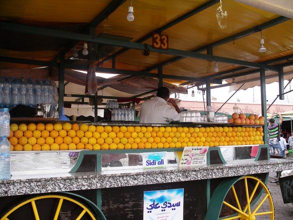 maroko stojnica v marakechu s svežimi pomarančami