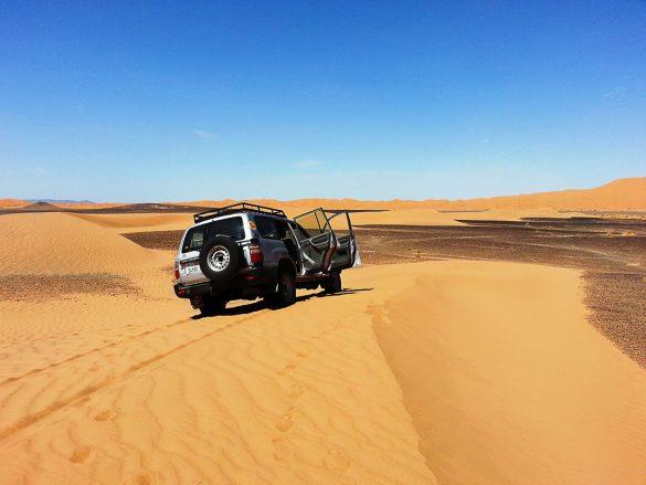 terensko vozilo na sipini v Sahari
