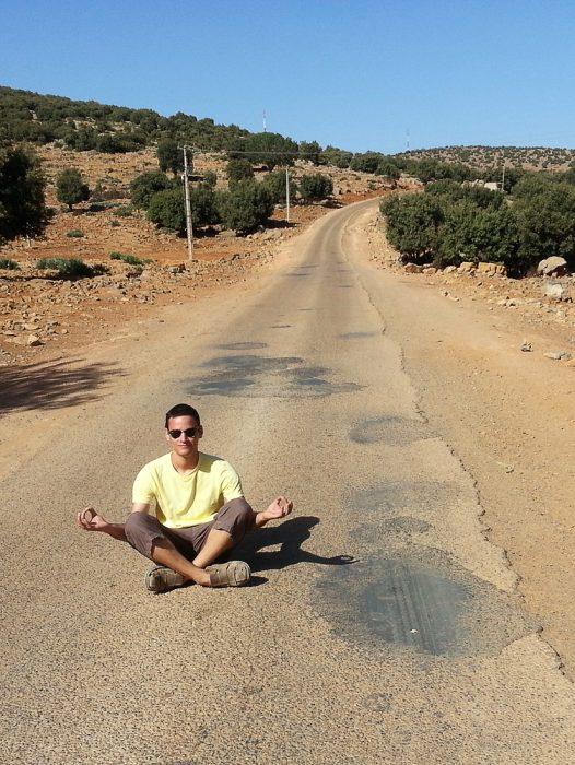 popotnik na prazni cesti v Maroku