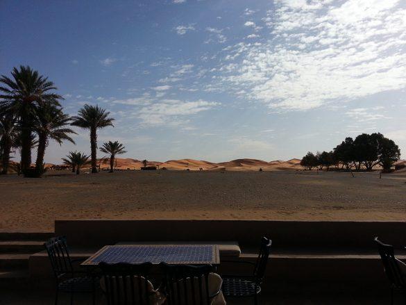 pogled iz hotela kasbah v merzougi na puščavo sahara