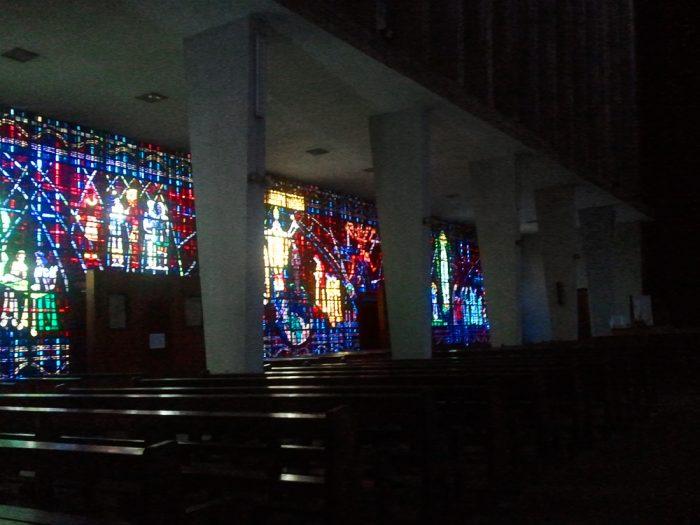 vitraž, stekleno okno v cerkvi Notre Dame de Lourdes