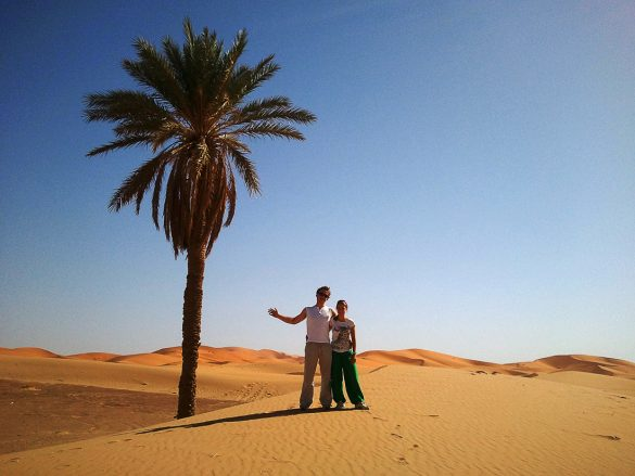 Par pod palmo v Sahari