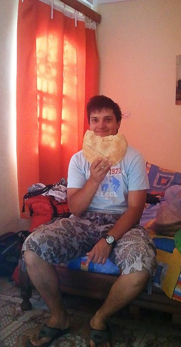 Maoški ploščat kruh v rokah popotnika