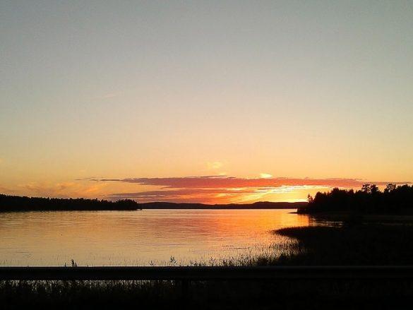 sončni zahod za jezerom na Finskem