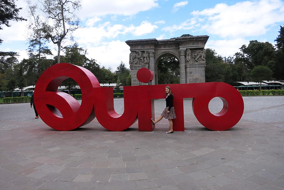 napis Quito v parku