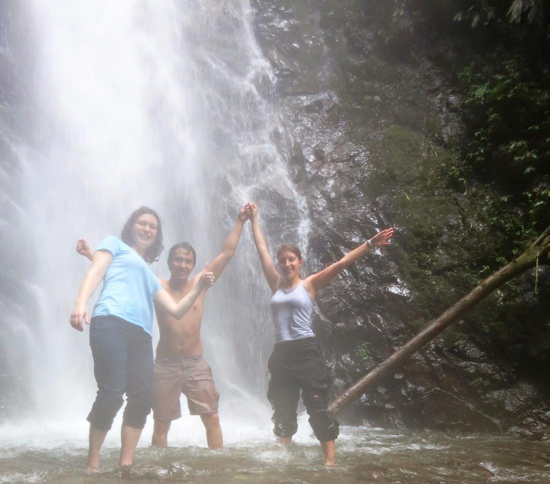 skupina mladih v gozdu Mindo