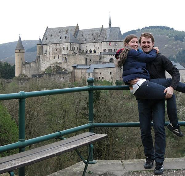 moški in ženska pred gradom Vianden, Luksemburg