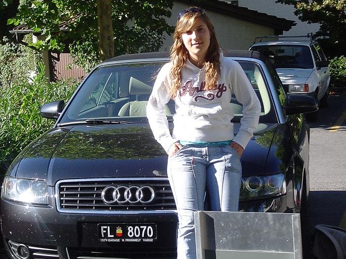 ženska sedi na pokrovu Audi avtomobila