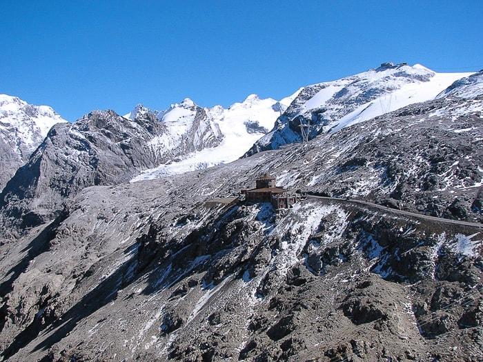 Gorska koča ob cesti v Alpah.