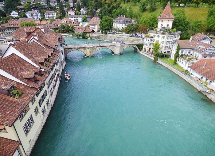 Zelena reka Aare, okoli pa mesto Bern
