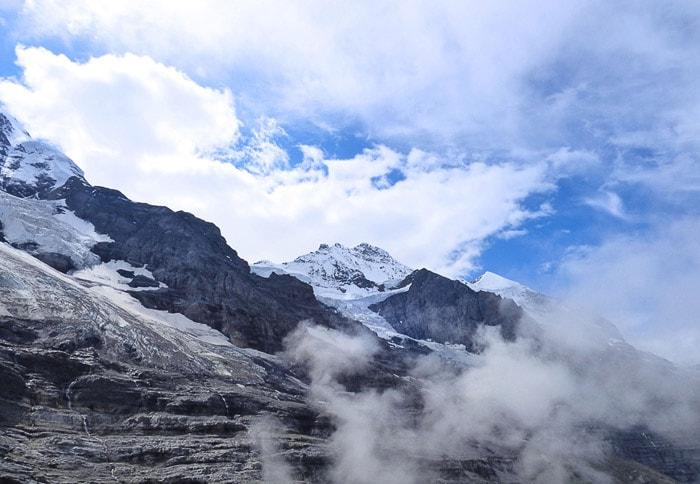 zasnežena gora Eiger delovno v oblakih