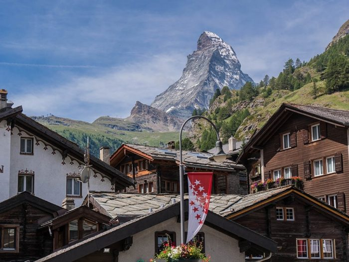 tipična švicarska vasica z lesenimi hišami, v ozadju pa gora Matterhorn